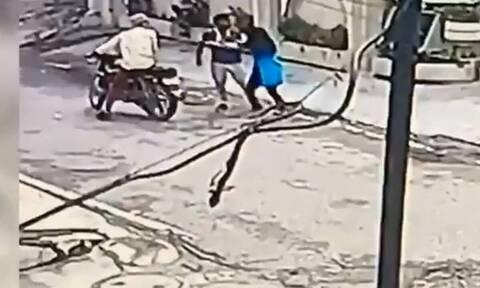 Πήγαν να της κλέψουν το κινητό αλλά τους έδειρε και έγινε ηρωίδα (vid)