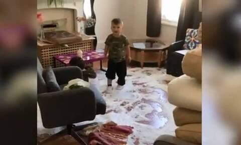 Μάνα γράφει σε βίντεο όλες τις καταστροφές του γιου της (vid)