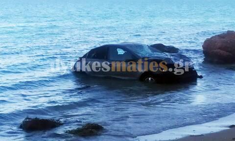 Αυτοκίνητο έπεσε στο γκρεμό και κατέληξε σε παραλία της Βάρκιζας