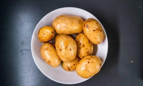 Απίθανο κόλπο - Έριξε τις πατάτες σε μπολ με παγάκια (pics)