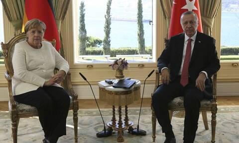 «Μουρμούρα» Ερντογάν σε Μέρκελ: «Γιατί η Γαλλία βρίσκεται στα πόδια μας;»