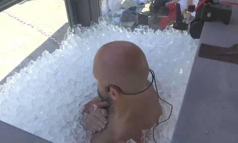 Τον έβαλαν μέσα σε θάλαμο με 200 κιλά παγάκια για να κάνει παγκόσμιο ρεκόρ! (video)