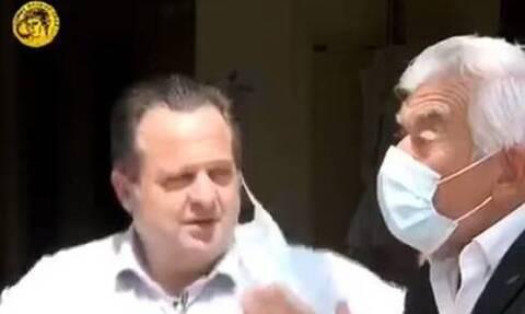Ο Γιώργος Γιαννόπουλος προειδοποιεί: «Μάσκα ή… πετσόκομμα» - Το βίντεο που έγινε viral