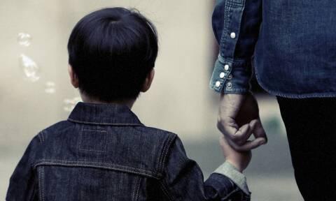 Εργασιακά: Τα δικαιώματα των εργαζόμενων γονέων εάν το παιδί τους νοσήσει από κορονοϊό