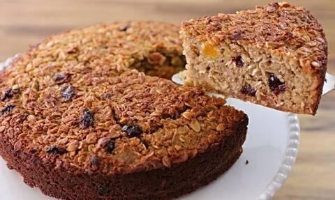 Να πώς θα φτιάξετε κέικ με βρώμη και αποξηραμένα φρούτα