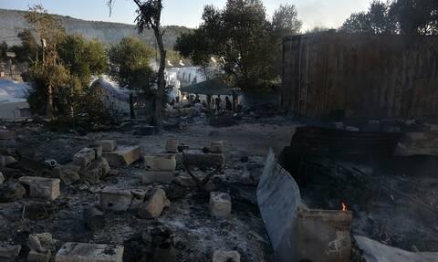 Φωτιά στην Μόρια: Επιθέσεις με πέτρες δέχονταν από μετανάστες οι πυροσβέστες (vid)