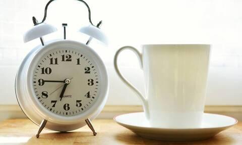 Αυτό είναι το ξυπνητήρι που σου φτιάχνει καφέ (video)