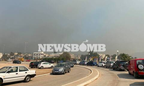 Φωτιά ΤΩΡΑ Καλύβια - Μήνυμα του 112 στους κατοίκους: Εκκενώστε τα σπίτια σας