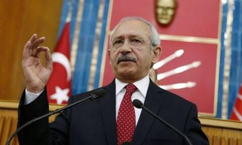 Ο Κιλιντσάρογλου καταγγέλλει: «Οι Τούρκοι τρώνε από τα σκουπίδια, κλέβουν λάδι και παιδικές τροφές»