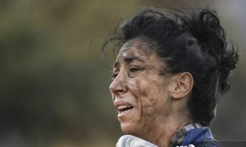 Φωτιά στην Ανάβυσσο: Το διαδίκτυο υποκλίνεται στη γυναίκα που έδωσε μάχη με τις φλόγες