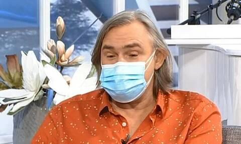 Άκης Σακελλαρίου: Με διπλή μάσκα στο πλατό μετά την περιπέτεια της υγείας του