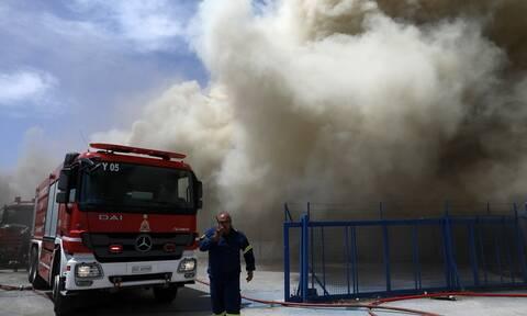Φωτιά ΤΩΡΑ στην Αθήνα: Στις φλόγες εγκαταλελειμμένος χώρος με ελαστικά στη Λένορμαν