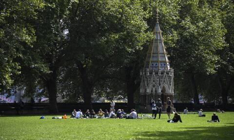 Κορονοϊός: Αύξηση κρουσμάτων στη Βρετανία: Aπαγορεύονται συναντήσεις μεταξύ συγγενών και φίλων