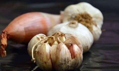 Το ήξερες; Γιατί λέμε «σκόρδο-κρεμμύδι» για να υποδείξουμε το «αριστερά δεξιά»;