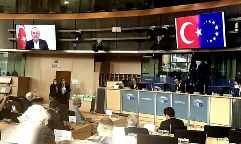 Προβοκάτσια Τσαβούσογλου μέσα στο Ευρωκοινοβούλιο – Εμφάνισε την σημαία της ΕΕ ως ημισέληνο