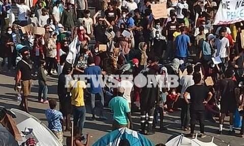 Ρεπορτάζ Newsbomb.gr - Μόρια: Πορεία μεταναστών για το νέο καταυλισμό - Φωτιά στο σημείο (pics)
