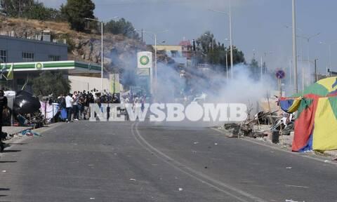Το Newsbomb.gr στη Μυτιλήνη: Ένταση και πετροπόλεμος σε πορεία διαμαρτυρίας