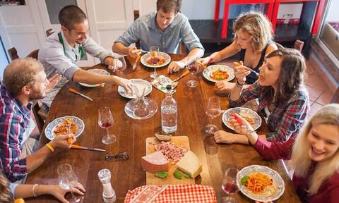 Τρομερό: Δεν θα πιστεύεις τι σου συμβαίνει άμα τρως με παρέα