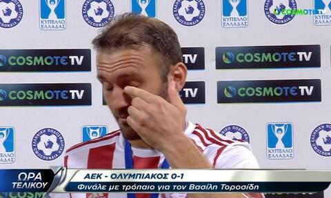 «Λύγισε» ο Βασίλης Τοροσίδης στο «αντίο» του σε Ολυμπιακό και ποδόσφαιρο (video)