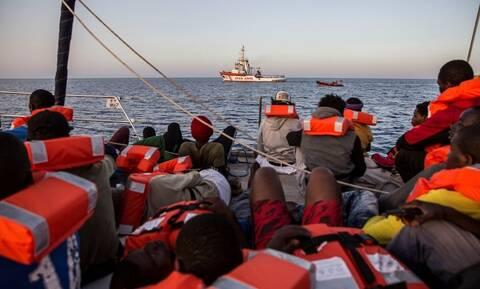 Ιταλία: Μετά από 40 μέρες αποκλεισμού σε ένα δεξαμενόπλοιο, 25 μετανάστες αποβιβάστηκαν στη Σικελία