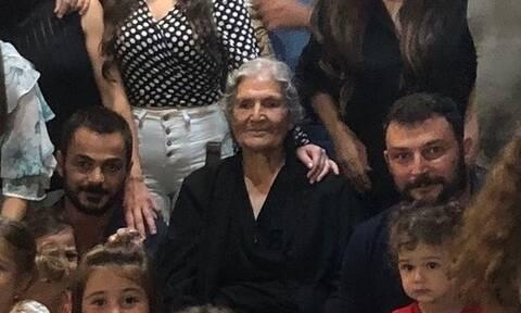 Χαμός με γιαγιά από την Κρήτη: Ζήτησε να φωτογραφηθεί με τα εγγόνια της - Δείτε πόσα μαζεύτηκαν
