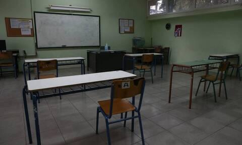 Κορονοϊός - Άνοιγμα σχολείων: Νέοι όροι για την εξ αποστάσεως εκπαίδευση - Τι θα ισχύει με απουσίες