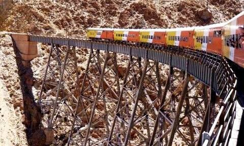 Τρομακτικό: Δείτε από τι μέρη περνάνε τρένα!
