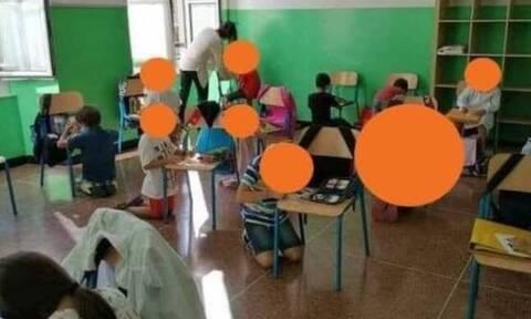 Ιταλία: Μαθητές κάθονται στο πάτωμα και ζωγραφίζουν ακουμπώντας στις καρέκλες