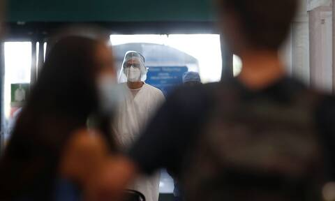 Κορονοϊός: «Γράφουν - σβήνουν» τα νέα μέτρα - Ποια αναμένεται να ανακοινωθούν την Τρίτη