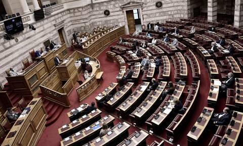 Βουλή: Υπερψηφίστηκαν οι επίμαχες τροπολογίες για τα εργασιακά