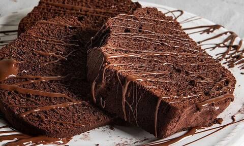 Άκης Πετρετζίκης: Λαχταριστό κέικ σοκολάτας