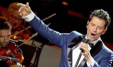 Σάκης Ρουβάς: Μάγεψε το κοινό στην πρώτη του συναυλία στο Ηρώδειο