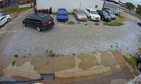 Γυναίκα σταμάτησε σε πάρκινγκ και έτρεξε πανικόβλητη πίσω από αμάξια (vid)
