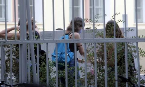 Κορονοϊός: Γονιός χτύπησε διευθύντρια σε Δημοτικό λόγω... μάσκας!