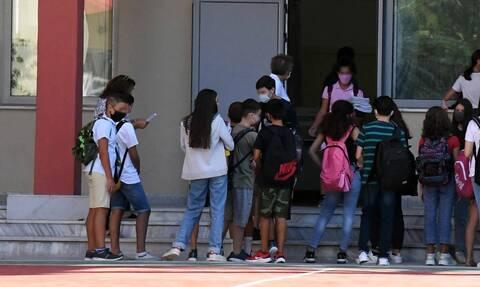 Kορονοϊός: Τι λέει ο ΕΟΔΥ για το αλαλούμ σε σχολείο στο Κερατσίνι και το λάθος τεστ σε μαθητή