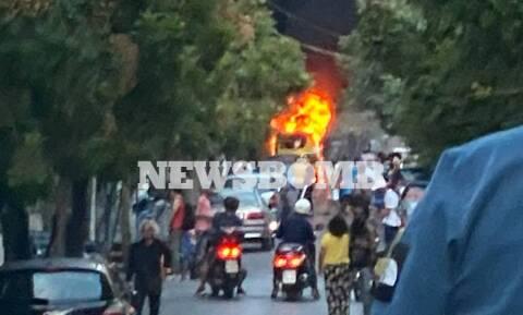 Αυτοκίνητο τυλίχθηκε στις φλόγες στο κέντρο της Αθήνας