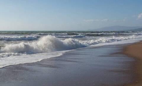 Κυκλώνας Ιανός - Ηλεία: Περιμένοντας την κακοκαιρία βούτηξε να κολυμπήσει