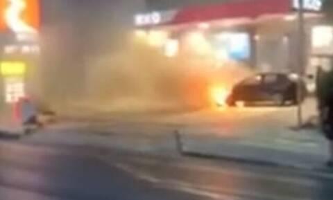 Τρόμος στην Γλυφάδα: Φλεγόμενο αυτοκίνητο μπήκε σε βενζινάδικο (vid)