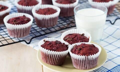 Φτιάξτε υγιεινά muffins με παντζάρι και μαύρη σοκολάτα
