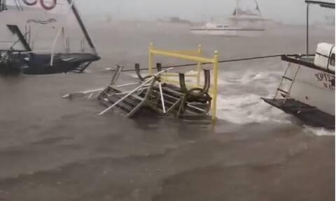 Κακοκαιρία Ιανός - Κεφαλονιά: Εικόνες που συγκλονίζουν - Σκάφη βγήκαν στην στεριά