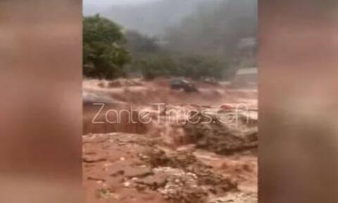 Κακοκαιρία Ιανός - Κεφαλονιά: Αυτοκίνητο παρασύρεται από χείμαρρο και θάβεται στα λασπόνερα (vid)