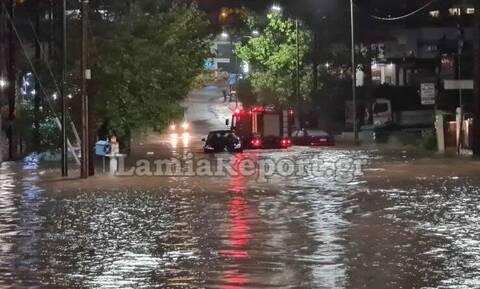 Κακοκαιρία «Ιανός»: Εγκλωβίστηκαν αυτοκίνητα στο δρόμο για το νοσοκομείο της Λαμίας