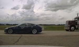 Ένα Tesla ταξίδευε με 140 χλμ/ώρα με οδηγό και συνεπιβάτη να κοιμούνται!