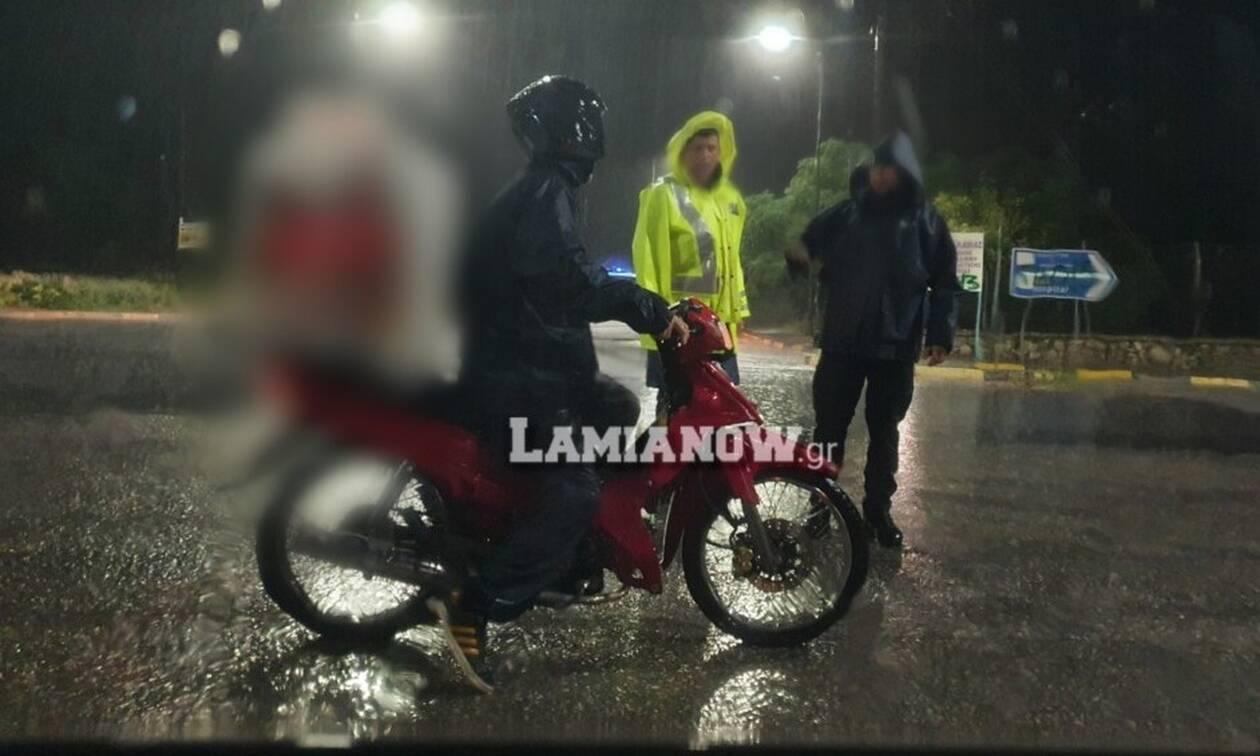 Κυκλώνας Ιανός - Λαμία: Ντελιβεράς ήθελε να περάσει από χείμαρρο να πάει παραγγελία (pics)