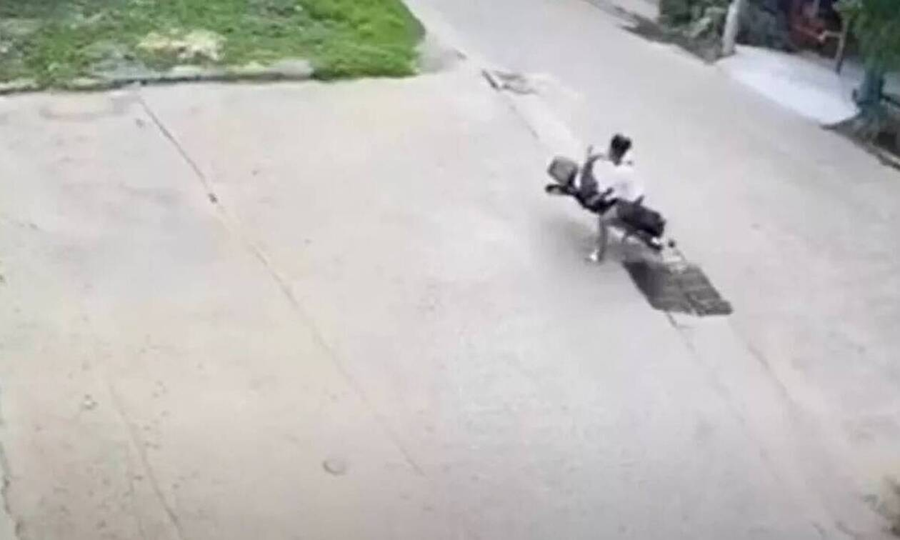 Τρομερό ατύχημα μοτοσικλετιστή - Σύρθηκε στο έδαφος (vid)
