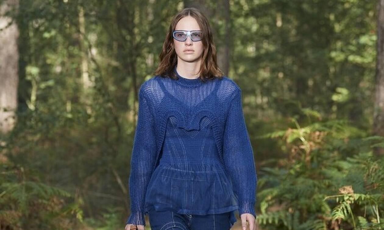 Η Burberry αγαπά το μπλε και το εντάσσει στην ανοιξιάτικη συλλογή της
