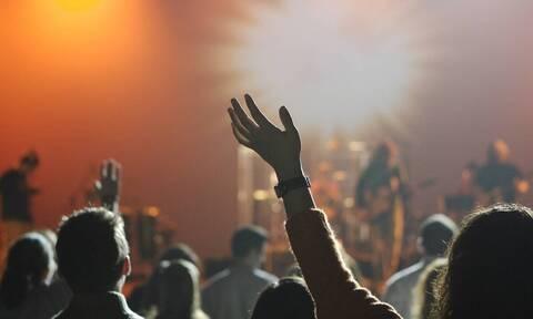 Τρόμος σε συναυλία - Συγκρότημα διέκοψε το πρόγραμμα λόγω επισκέπτη (vid)