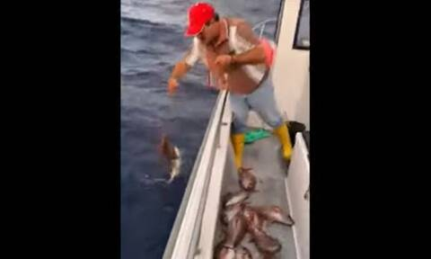 Ψαράς σηκώνει το παραγάδι του και απολαμβάνει την τέλεια ψαριά... (video)