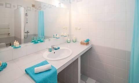 Το απόλυτο κόλπο για να μην θολώνει ποτέ ο καθρέπτης του μπάνιου (vid)