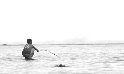 Αγοράκι έπιασε ψάρι αλλά όλοι «πάγωσαν» μόλις είδαν τι ακολούθησε (vid)